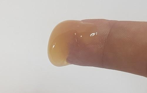 Miel en el dedo